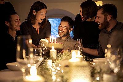 dinner with friends - p300m2282430 von Malte Jäger