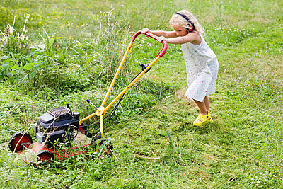 Girl mowing garden with mower - p31226301 by Ulf Huett Nilsson