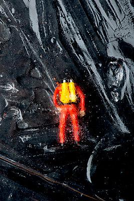 Miniatur Taucher im Eisblock - p451m1059521 von Anja Weber-Decker