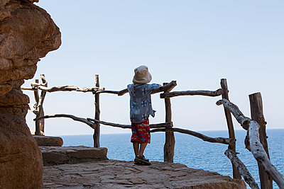 Little boy looking out over the sea - p628m1476235 by Franco Cozzo