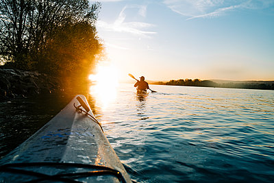 Paddling in the evening sun - p713m2285961 by Florian Kresse