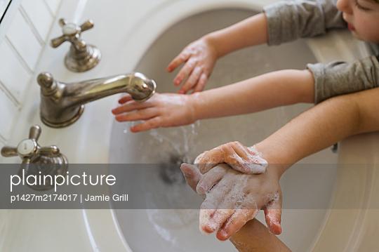 Close-upÊof children (4-5, 6-7) washing hands - p1427m2174017 by Jamie Grill