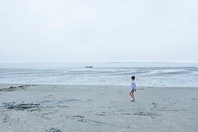 Mädchen am Strand - p1046m1138208 von Moritz Küstner