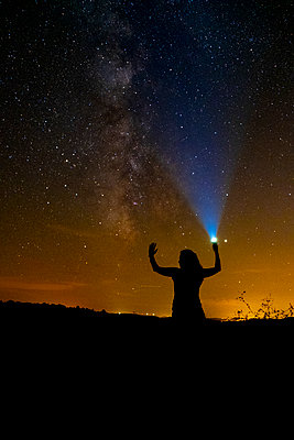 photograph of the milky way on a summer night - p1166m2141077 by Cavan Images