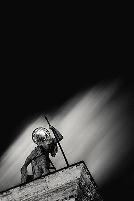 Säule des Stadtheiligen Theodorus (Todaro) auf dem Markusplatz bei Vollmond, Venedig, schwarzweiß - p1493m1584588 von Alexander Mertsch