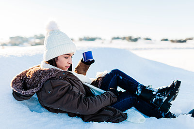 Madrid, Spain. Woman spending time in the snowy countryside in warm clothes. - p300m2286779 von Manu Reyes