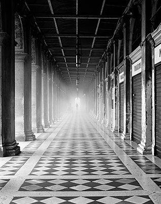 Arkaden der Nationalbibliothek Marciana am Markusplatz im Nebel, Venedig, schwarzweiß I - p1493m1584573 von Alexander Mertsch
