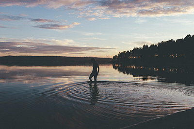 Sunset bathing - p1556m2132207 by Alma Vestlund