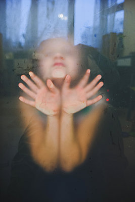 Portrait of a child through blurred glass - p1642m2216182 by V-fokuse
