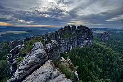 Germany, Saxony, Elbe Sandstone Mountains, rocks and rock needles of the Schrammsteine and Falkenstein - p300m2103742 by Martin Rügner