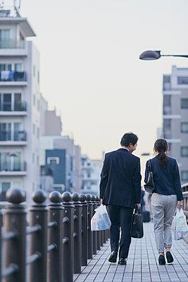 Japanese couple walking home from work - p307m2003779 by Yosuke Tanaka