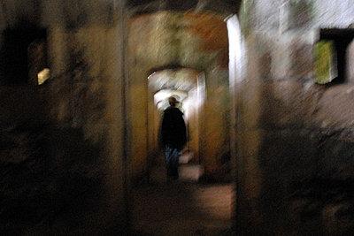 Person alleine in einem dunklen Gang - p567m667700 von AURELIAJAEGER