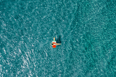 Woman on air mattress in the sea, drone photography - p713m2289219 by Florian Kresse