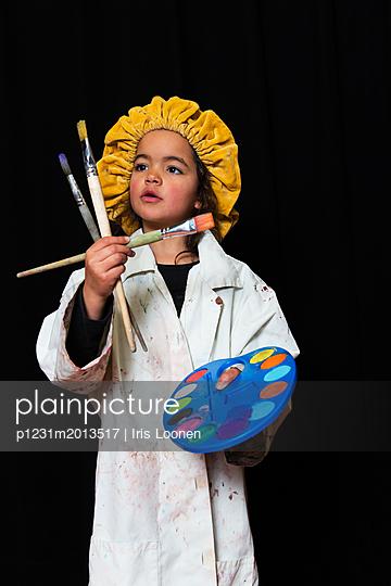 Kleines Mädchen verkleidet als Maler - p1231m2013517 von Iris Loonen