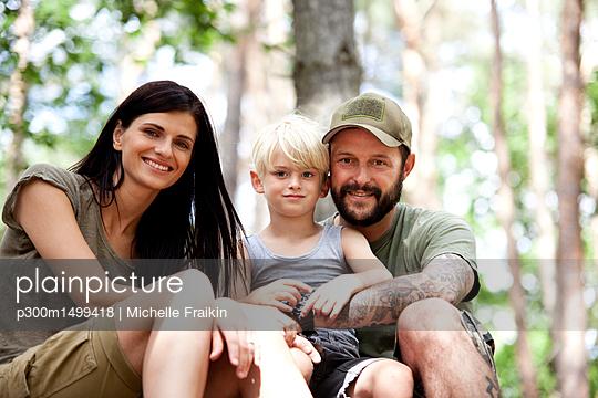 plainpicture   Photo library for authentic images - plainpicture p300m1499418 - Portrait of happy family wi... - plainpicture/Westend61/Michelle Fraikin