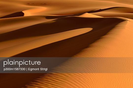 Africa, Algeria, Illizi Province, Sahara desert, Tassili n'Ajjer National Park, Tadrart, sand dunes of Moul Naga - p300m1587330 von Egmont Strigl
