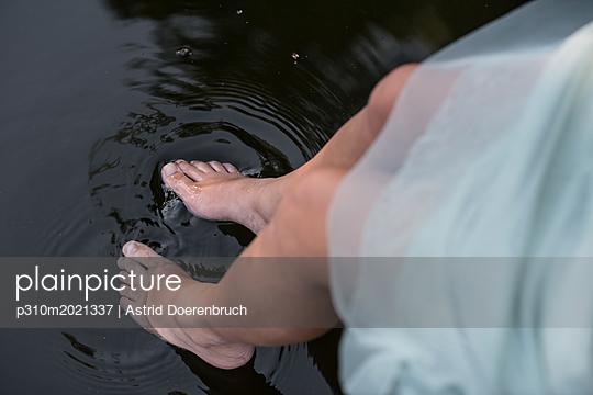 Mit den Füßen planschen - p310m2021337 von Astrid Doerenbruch