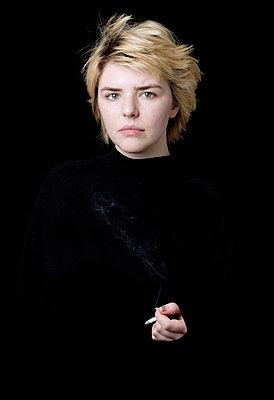 Junge Frau mit Zigarette - p1221m1440460 von Frank Lothar Lange