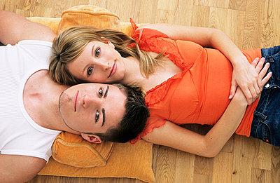 Paar liegt auf dem Boden - p2200495 von Kai Jabs