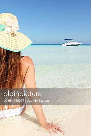 Sitting at the beach - p045m769377 by Jasmin Sander