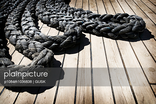 Rope on deck - p1084m1036838 by GUSK