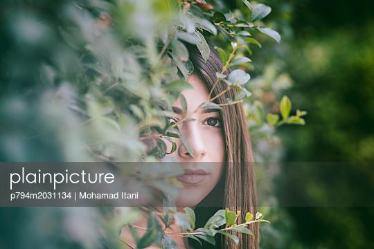 Schöne Frau blickt in die Ferne - p794m2031134 von Mohamad Itani