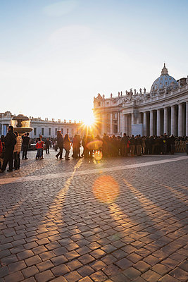 Italy, Rome, people waiting in queue on St. Peter's Square at New Year 2014 - p300m973499 by Gaby Wojciech