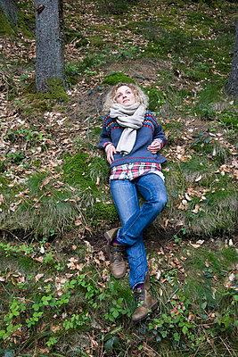 Junge Frau im Wald - p3800137 von Katja Zimmermann