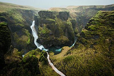 Landscape view of canyon waterfall at Fjadrargljufur, Iceland - p429m1407871 by Oscar Bjarnason