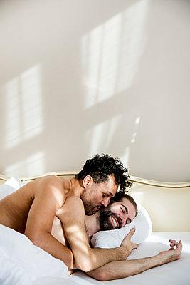 Schwules Paar im Bett - p787m2115279 von Forster-Martin