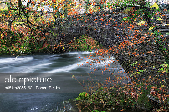 England, Cumbria, Ambleside. Clappersgate Bridge and the River Brathay in autumn - p651m2085162 by Robert Birkby