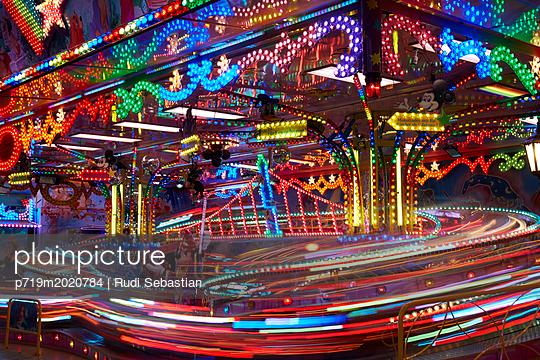 Jahrmarkt bei Nacht Mehrfachbelichtung - p719m2020784 von Rudi Sebastian
