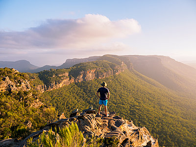 Man standing on peak of Blue Mountains in New South Wales, Australia - p1427m2077534 by WalkerPod Images