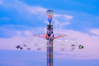 Germany, Bavaria, Munich, View of Oktoberfest fair, Jule Verne Tower - p300m1536202 by Martin Siepmann