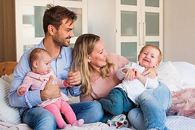 Familie im Schlafzimmer - p796m2082824 von Andrea Gottowik