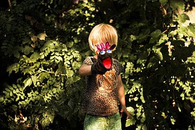 Kind mit Handpuppe - p941m1559818 von lina gruen