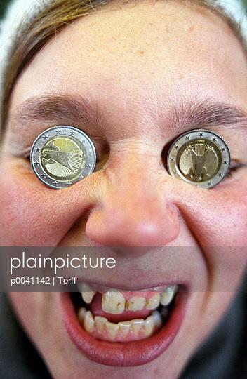 Plainpicture Plainpicture P0041142 Münzen Zwischen Den Augen