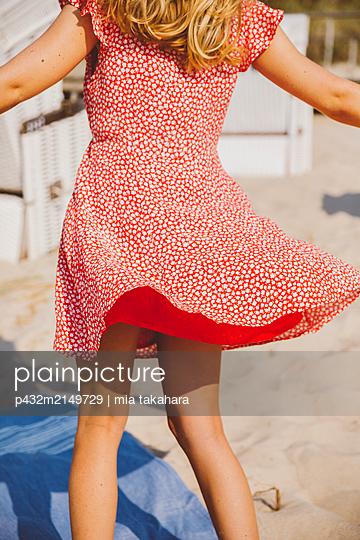 Tanzende junge Frau am Strand - p432m2149729 von mia takahara