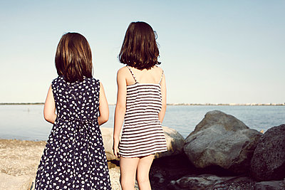 Girls at the lake shore - p1150m939322 by Elise Ortiou Campion