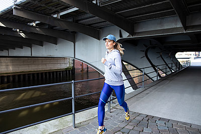 Woman jogging in Hamburg - p1678m2262235 by vey Fotoproduction