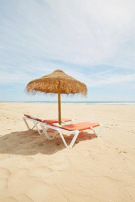 Zwei Liegestühle mit Sonnenschirm aus Stroh - p464m2082420 von Elektrons 08