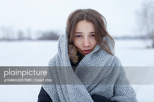 Russia, Young woman with scarf in snowy landscape, portrait - p1646m2237689 by Slava Chistyakov