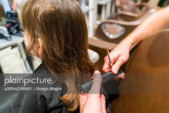 Little girl getting haircut - p300m2189421 by Giorgio Magini