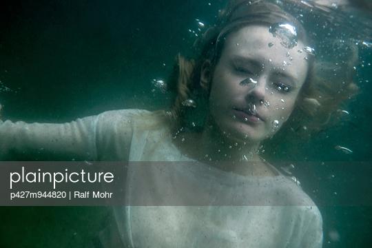 Under water - p427m944820 by Ralf Mohr