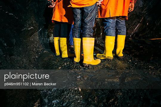 Drei Paar Gummistiefel Untertage - p946m951102 von Maren Becker