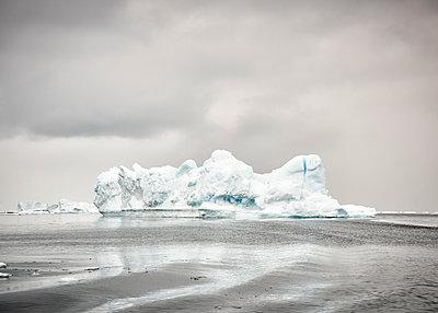 Greenland, Kulusuk, dark clouds over ice iceberg - p300m1587743 von Alun Richardson