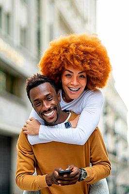 Madrid Spain, Afro couple in the city - p300m2257009 von Oscar Carrascosa Martinez