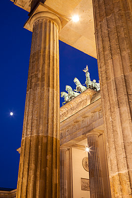 Germany, Berlin, Berlin-Mitte, Pariser Platz, Brandenburg Gate in the evening - p300m965158f by Wilfried Wirth