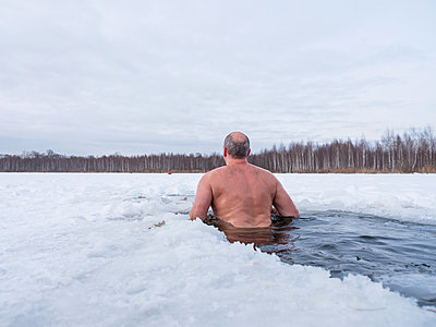 Russian man bathing in an ice hole in Moscow - p390m1582782 by Frank Herfort