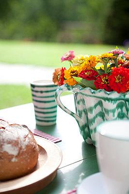 Frühstück im Garten, Gmundner keramik,  - p441m886109 von Maria Dorner